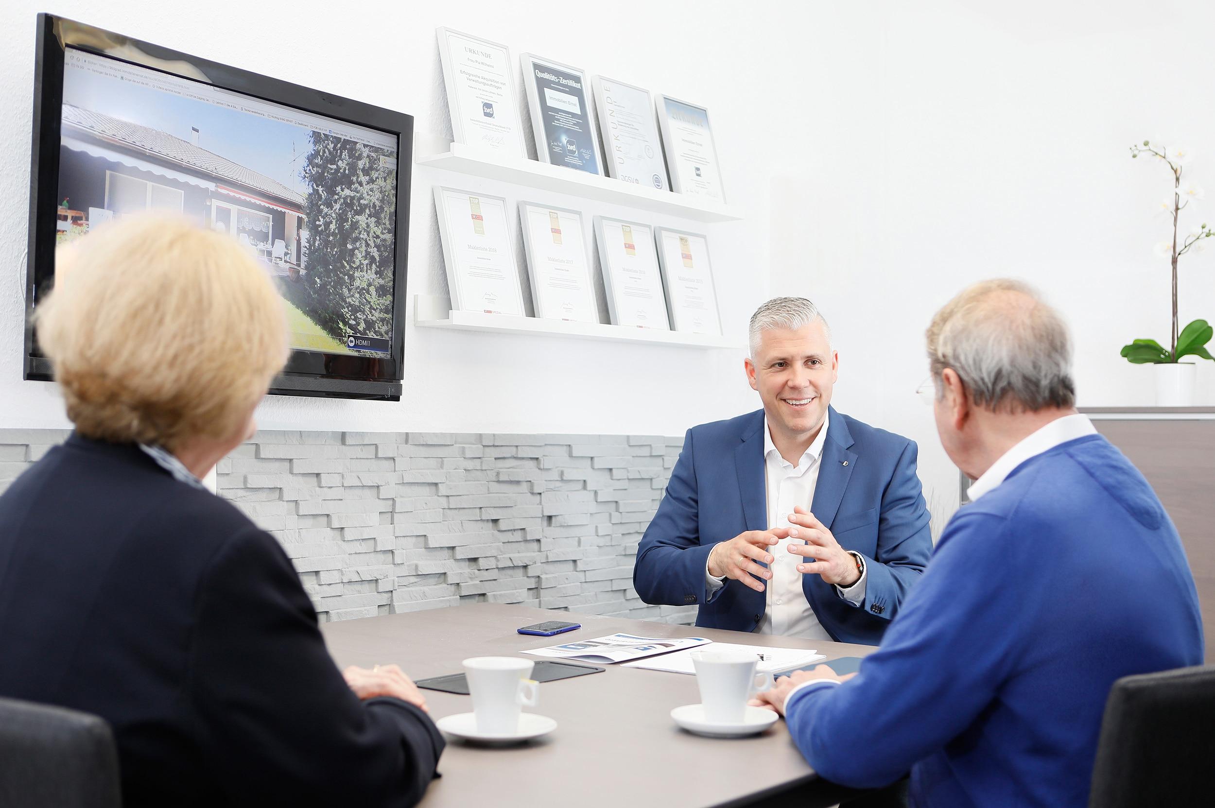 Immobilienmakler Gerhard Ernst im Gespräch mit Eigentümern aus Köln