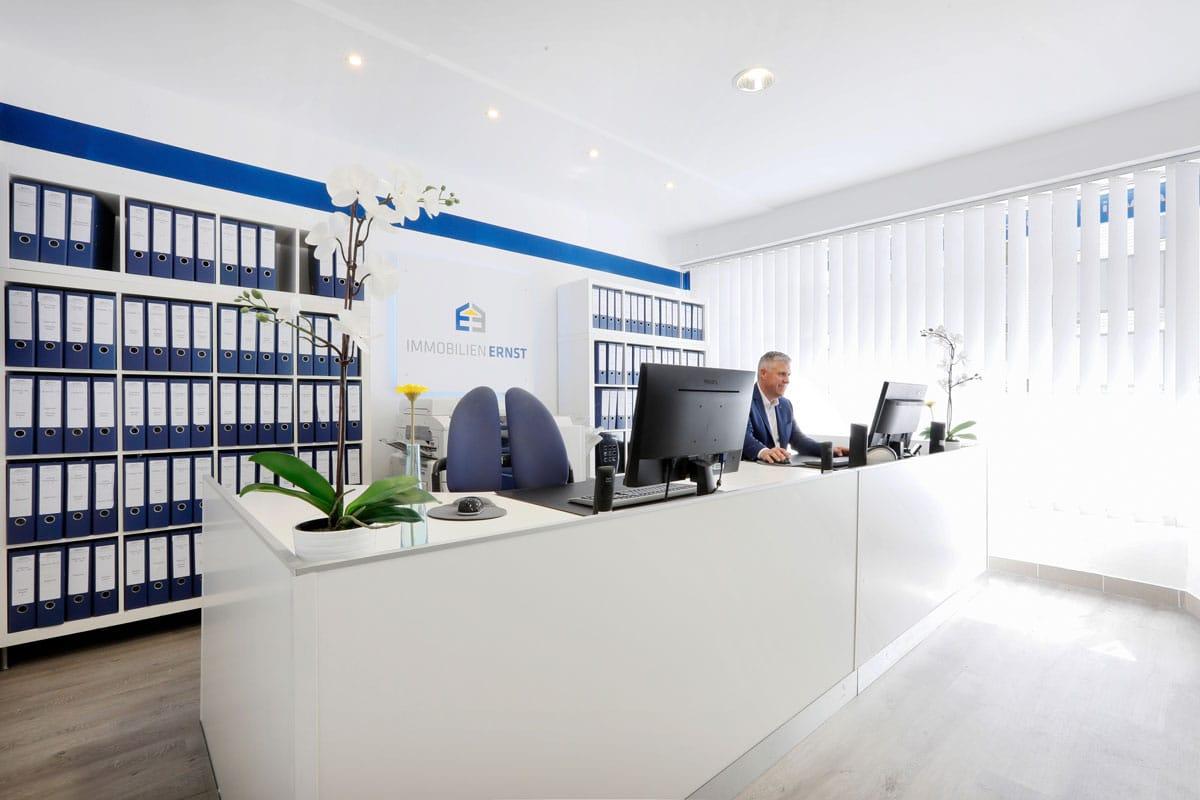 Büro Immobilien Ernst Immobilienmakler Köln Gerhard Ernst am Arbeitsplatz
