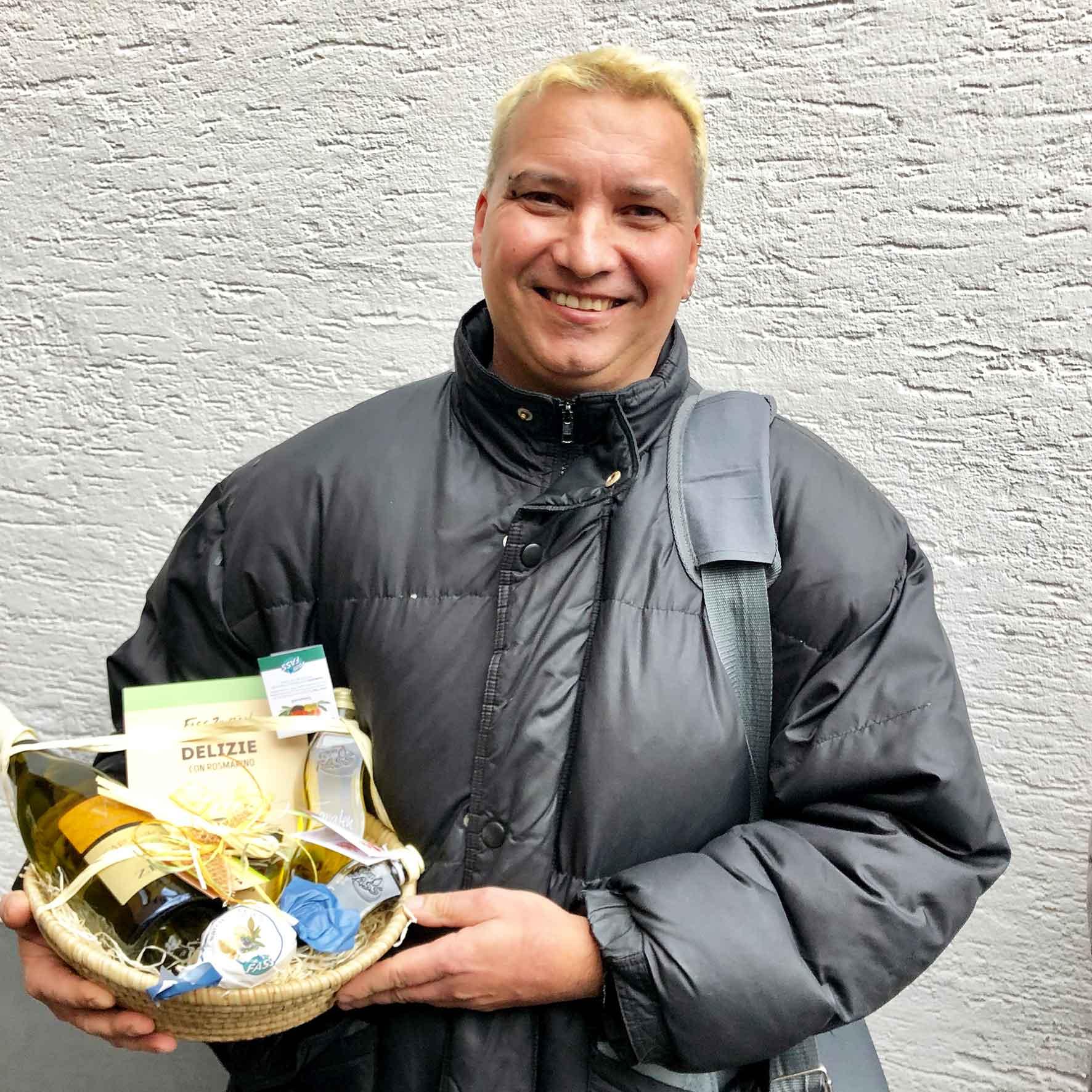 Zufriedene Immobilieneigentümer in Köln Immobilienmakler Köln nach erfolgreichem Notartermin mit überreichtem Geschenkekorb
