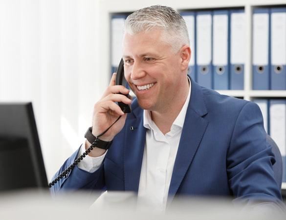 Gerhard Ernst Immobilienmakler aus Köln im Telefongespräch mit Eigentümerin